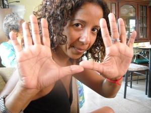 Indra Barrios Lasso, profesora de inglés y español, ama disfrutar la vida, leer y mirar el cielo.